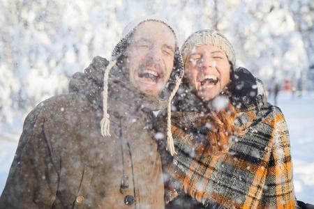 Paar genießt Schneefall