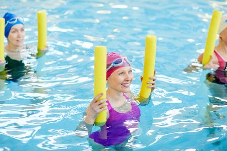 Erwachsene Frauen beim Training im Wasser