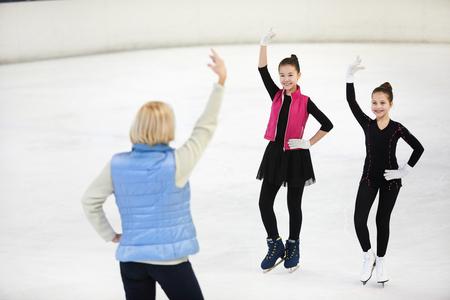 Female Coach Training Figure Skaters Stockfoto