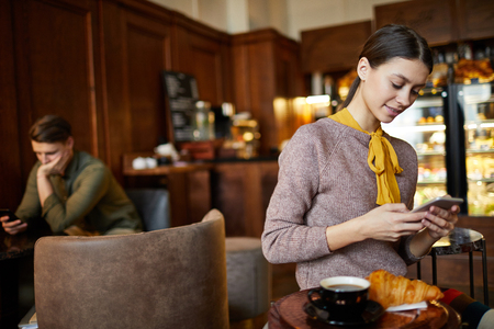 Girl using smartphone Reklamní fotografie