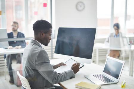 Lettura del documento in ufficio