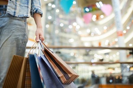 Llevando bolsas de compras en el centro comercial Foto de archivo