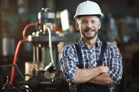 Trabajador con casco