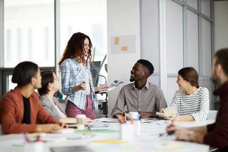 Zeitgenössische Zusammenarbeit von Geschäftsteams Standard-Bild