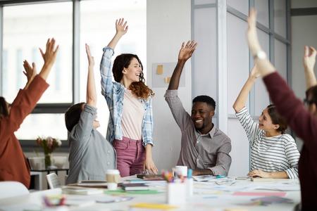 Zeitgenössische Geschäftsleute, die die Hände heben Standard-Bild