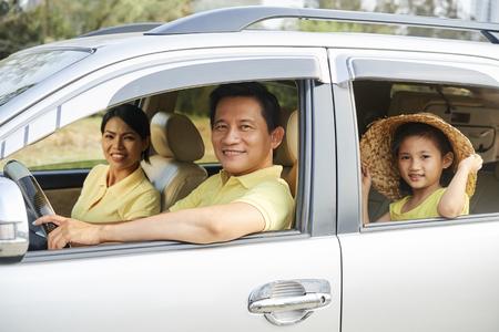 Famiglia allegra che guida in macchina