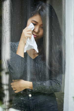 Crying woman wiping tears Stockfoto