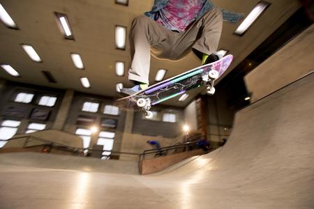 Skater Flipping Skateboard Imagens