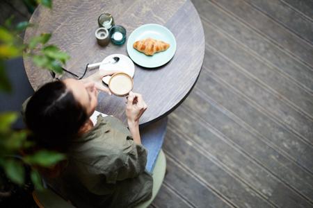 Having breakfast in coffee shop Foto de archivo - 120889293