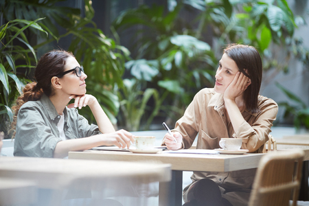 Introspective ladies thinking about strategies Foto de archivo - 120889314