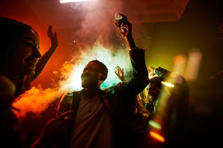 Persone esilaranti a una festa rumorosa