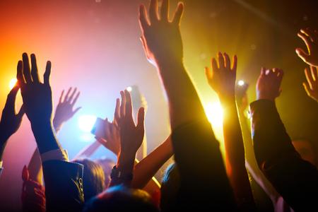 Agitando le mani in aria durante l'esibizione del musicista