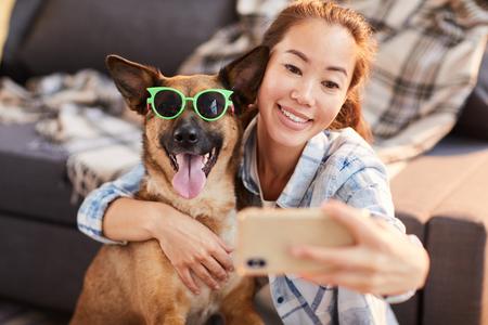 Retrato divertido con perro