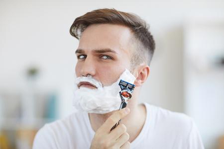 Young Man Shaving Archivio Fotografico