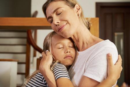 Mädchen umarmt Mutter