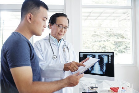 Pulmonologist talking to patient Stock Photo