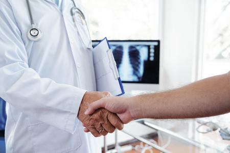 Apretón de manos de médico y paciente