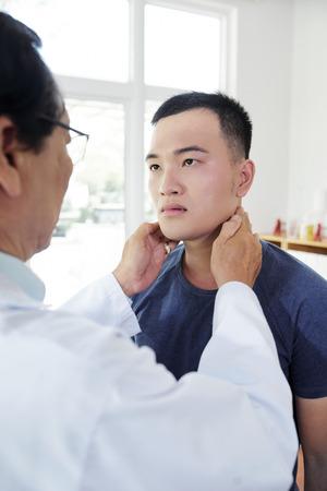 Doctor checking tonsils Zdjęcie Seryjne - 121339447