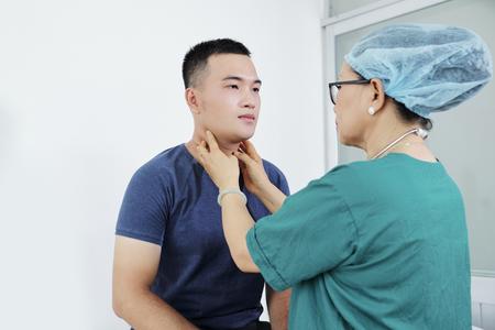 Nurse examining patient Zdjęcie Seryjne - 121339460