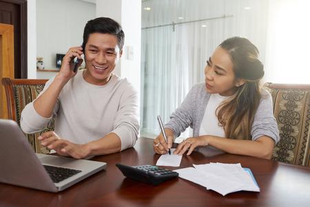 Couple ayant une consultation avec des conseils financiers au téléphone Banque d'images