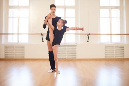 Entrenador trabajando con gimnasta