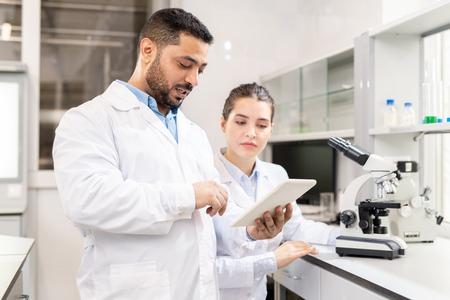 Badanie roztworu testowego na tablecie