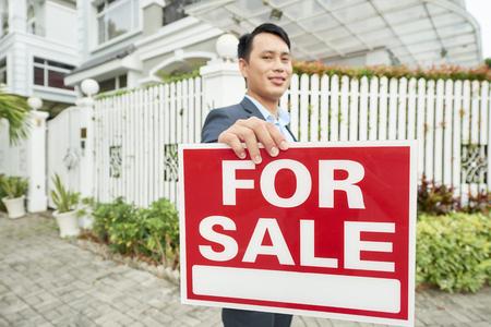 Makelaar die het huis verkoopt
