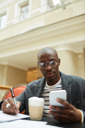 Zeitgenössischer afrikanischer Mann
