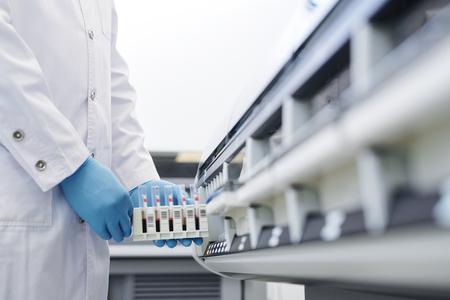 Usando la máquina de laboratorio de química