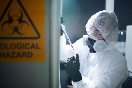 Scientifique respectant la sécurité