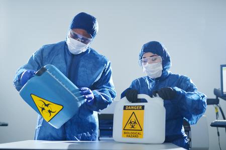 Travailler avec les risques biologiques Banque d'images