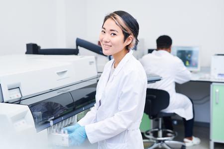 Smiling young laboratory worker Foto de archivo
