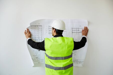 Ingeniero estudiando planes