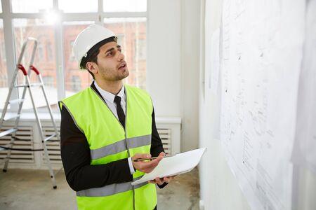 Ingenieur aus dem Nahen Osten, der Standort inspiziert