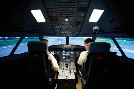 Aviateurs masculins vérifiant l'avion avant le vol Banque d'images
