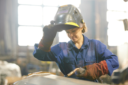 Smiling Female Welder Stockfoto