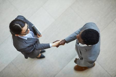 Serrer la main d'un nouveau partenaire commercial Banque d'images