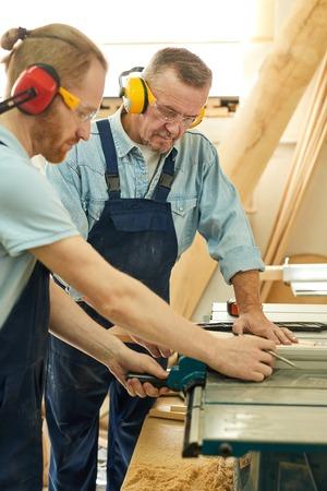 Due falegnami che tagliano il legno