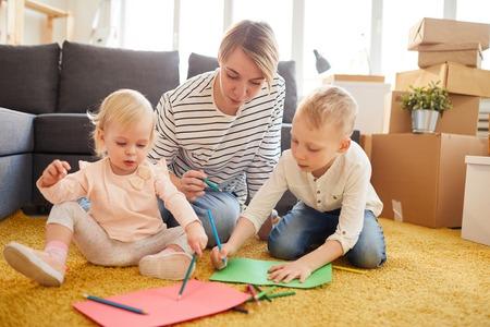 Mutter bringt Kindern das Zeichnen bei Standard-Bild