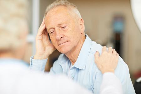 Patient aîné écoutant le docteur Banque d'images