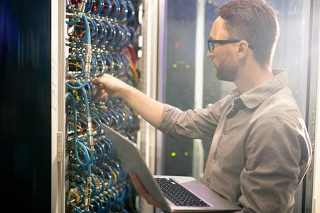 Ingénieur analysant les connexions du serveur Banque d'images