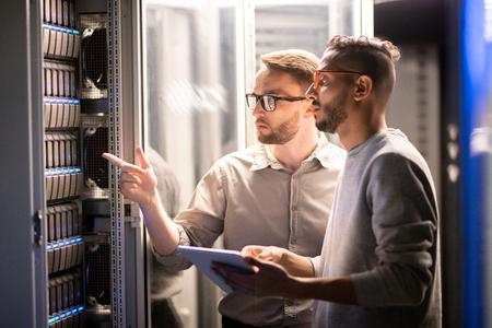 Equipo de especialistas que gestionan el servidor de red. Foto de archivo