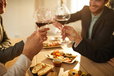 Menschen trinken Wein Nahaufnahme