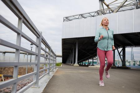 Sportswoman jogging Фото со стока - 124775523