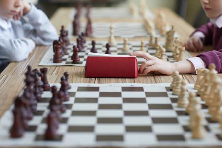 Girl pressing chess clock Imagens - 124775783