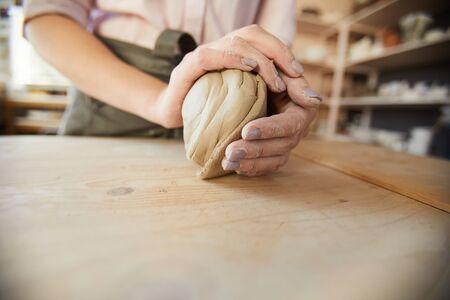 Arcilla moldeadora de alfarera femenina