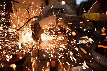 Scintille dal taglio dei metalli