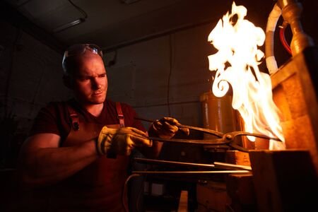 Erhitzen von Stahlstücken im Ofen Standard-Bild