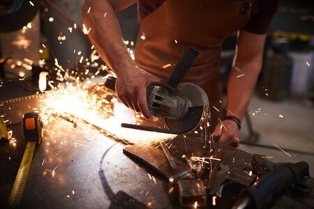Stahltrennen mit Schruppscheibe Standard-Bild