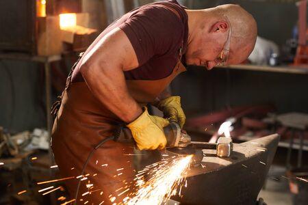 Pièce de polissage en métal avec broyeur